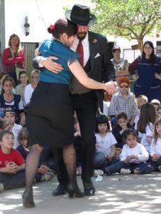 Bailamos un tanguito